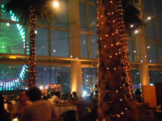 横浜ベイホテル東急 カフェトスカの夜の内装