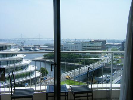 横浜ベイホテル東急室内からベイブリッジを眺める